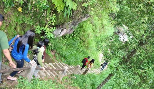 anak tangga objek wisata air terjun kalipancur