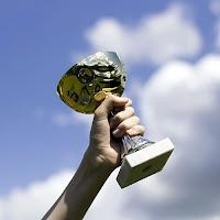 Kazanan birinin kazandığı kupayı havaya kaldırması