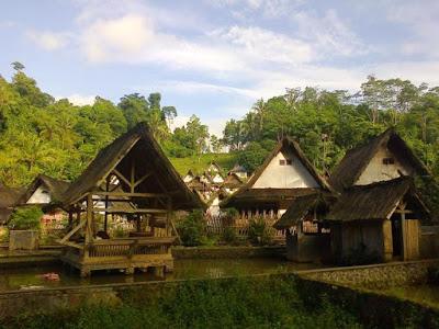 bentuk rumah kampung naga