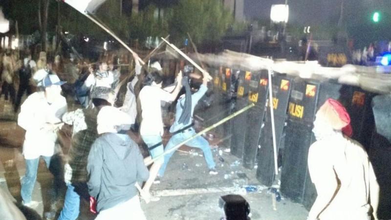 Massa HMI memukul barikade polisi bertameng