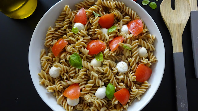 pasta-caprese -salad-summer-recipe-alfresco-dining-easy-healthy-mozzarella-balls-basil-garlic-balsamic-vinegar-black-pepper-olive-oil-Italian-recipes-