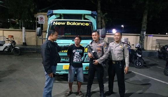 Sopir berikut truck saat diamankan di Polres Lumajang