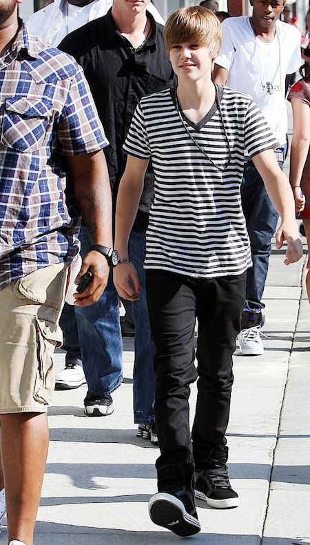 1a54151912d1 He uses the low top Classic Chuck-Taylor All-Star. It s a stunning simple  shoes that he ever used. JUSTIN BIEBER ...