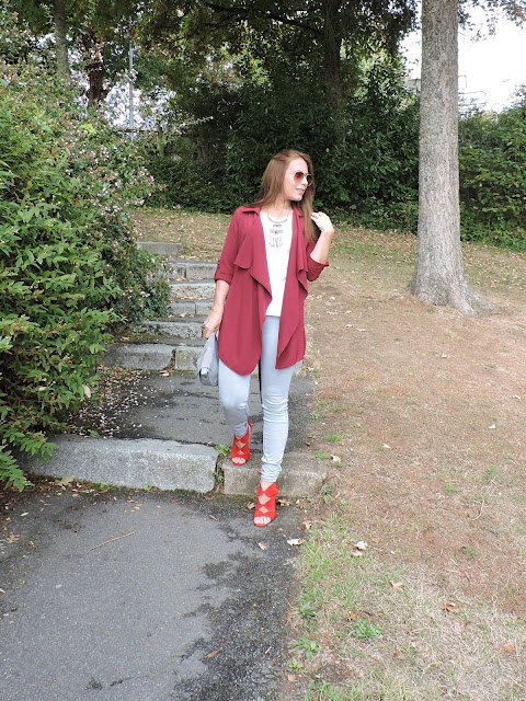 Look con cardigan burdeos