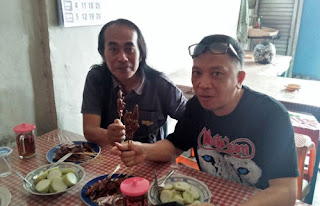 Matt Dolan dan Fery di Depot Sate Sayang Mergosono, Malang
