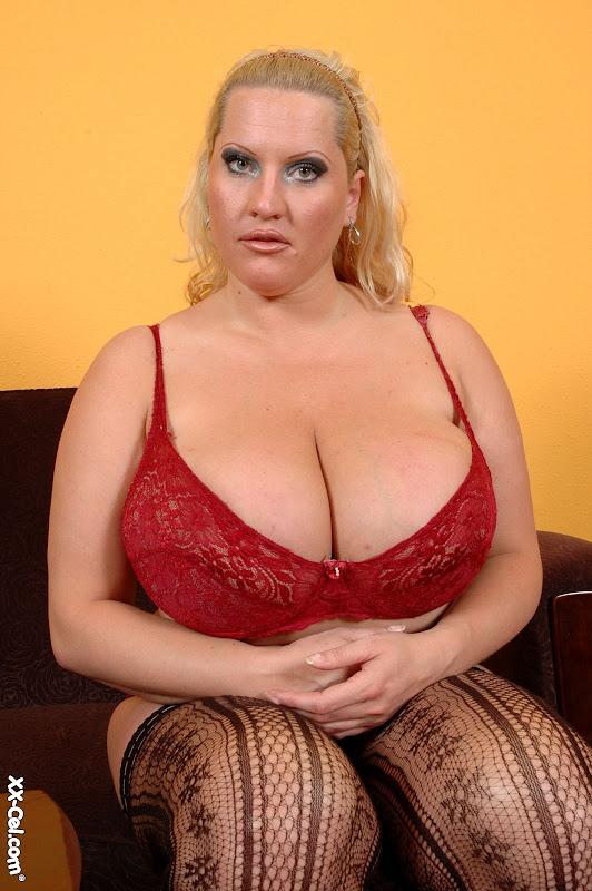 Laura Orsolya aka Laura m zeigt Ihre riesigen Brüste und necken