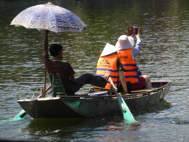 Tam Coc, rio Ngo Dong, remando con los pies