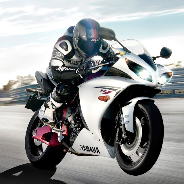 Yamaha YZF R1 Price, Reviews, Spec, Photos, Mileage, Colors
