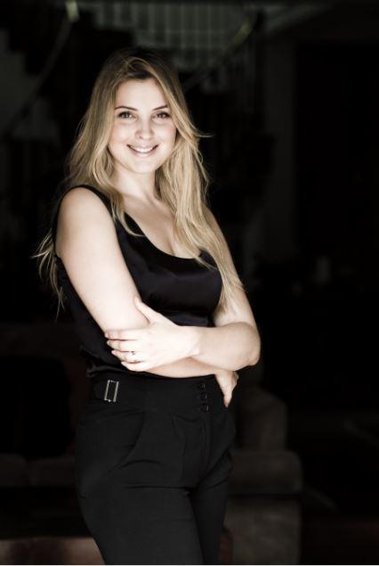 Marcela possa para foto co macacão preto