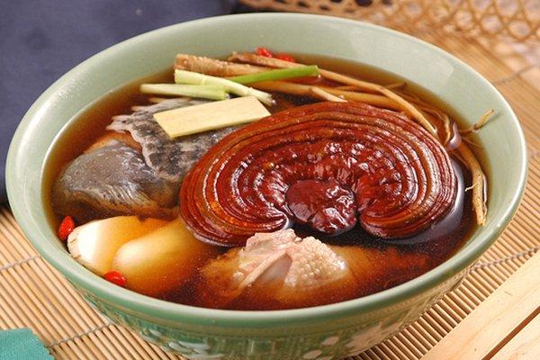 Hầm gà nấm linh chi là món ăn bổ dưỡng cho sức khỏe