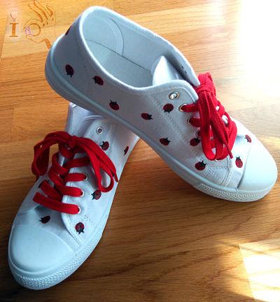 Como-decorar-unas-zapatillas-con-mariquitas-Ideadoamano