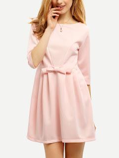 jasnoróżowa sukienka z rękawami 3/4 i kokardą z romwe