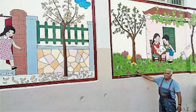 Απίθανος παππούς ζωγραφίζει το παλιό αλφαβητάρι στους τοίχους σχολείου