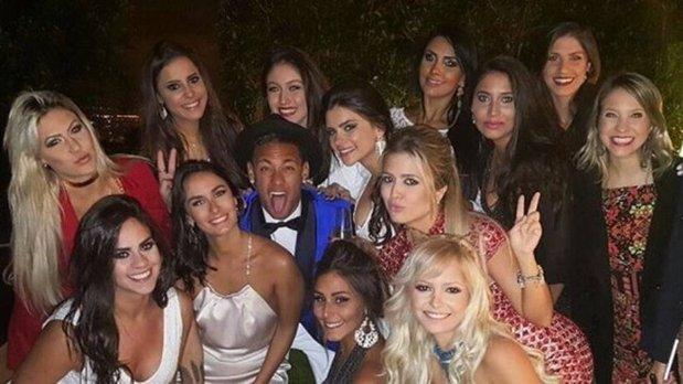 Na foto Neymar se divertindo com mulheres com a grana sonegada perdoada enquanto Temer quer que o povo trabalhe 49 anos