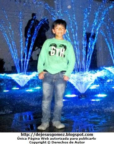 Foto de niño en el Parque de las Aguas (Lima - Perú) por Jesus Gómez