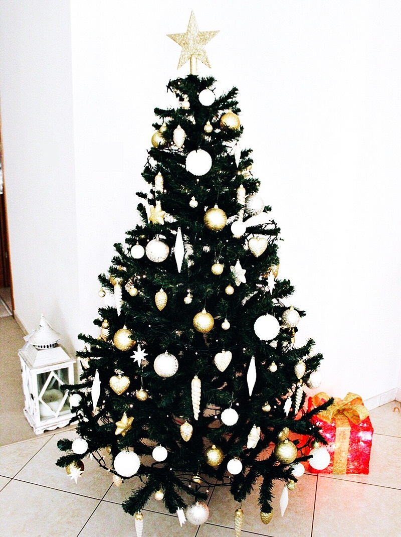 white and gold glamorous Christmas tree decoration; zlatno bela dekoracija jelke
