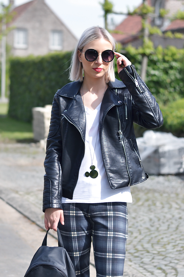 Outfit post of Belgian fashion blogger: Zara leather jacket, h&m divided, v neck, oversized white t-shirt, mango tartan trousers, nike aire force 1 sneakers black, mango leather backpack, primark round sunglasses, Twice as nice disney necklace, minimal Street style inspiration 2015