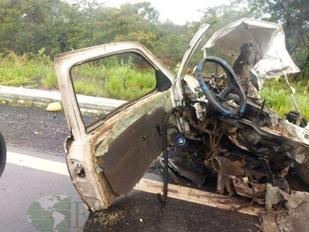 Colisão entre carro, caminhão e carreta mata dois homens na BR 364