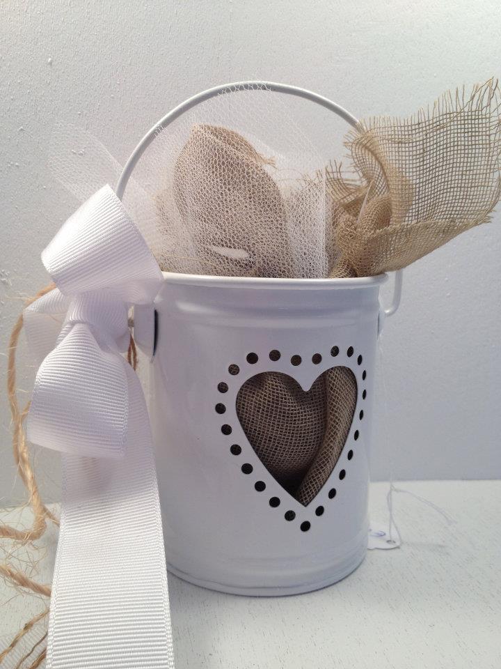 90315f5d3d4c Μπομπονιέρα γάμου κουβαδάκι με σχήμα καρδιάς και τσουβαλένιο υλικό με  φυσικό σχοινί