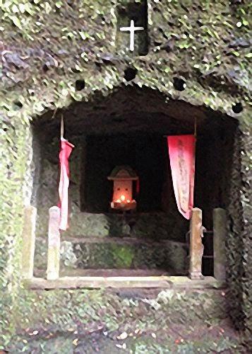 Capela escavada na pedra em Taketa
