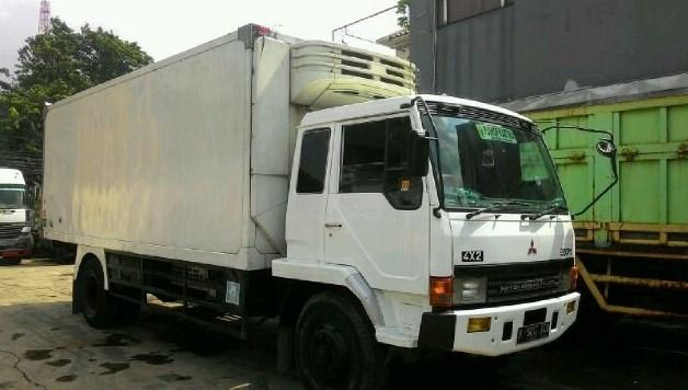 gambar truk fuso engkel box putih