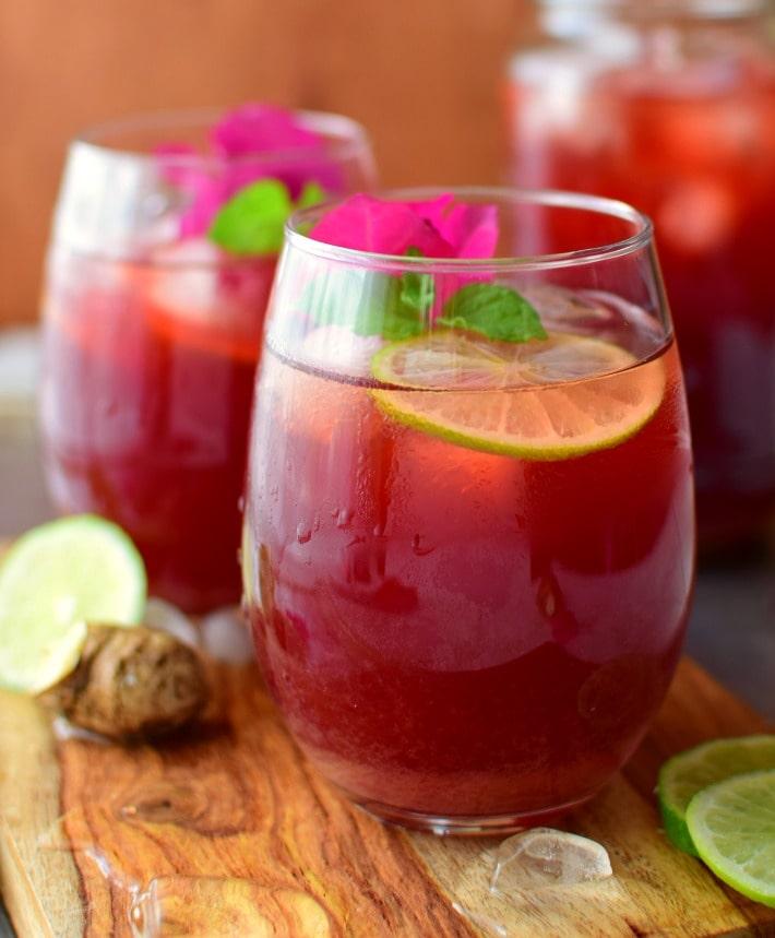 El papelón con limón es una bebida muy popular en Venezuela, es económica, sencilla y muy refrescate para los días de calor.
