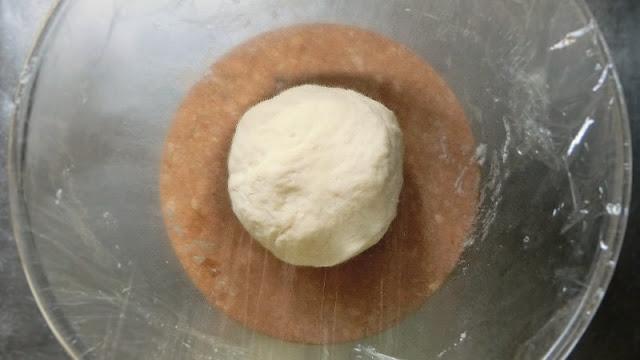 ピザ生地をこね、ひとまとめにしてラップをして発酵させる