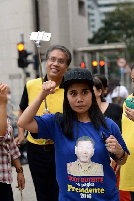 A dauntless lone Duterte supporter shows her support for the Mayor right in face of Roxas.