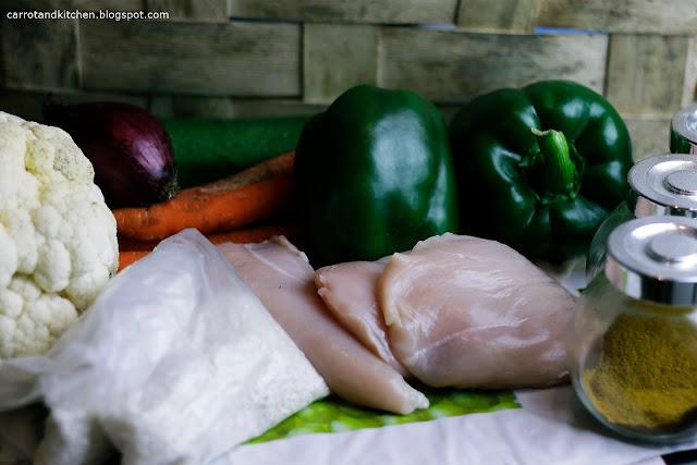 Ryż z duszonymi warzywami i kawałkami kurczaka