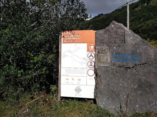 Panel informativo de la ruta de la Braña de Mumian en el Parking