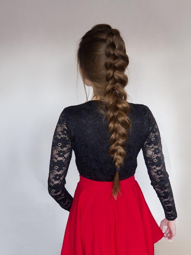 piękna fryzura z warkoczem