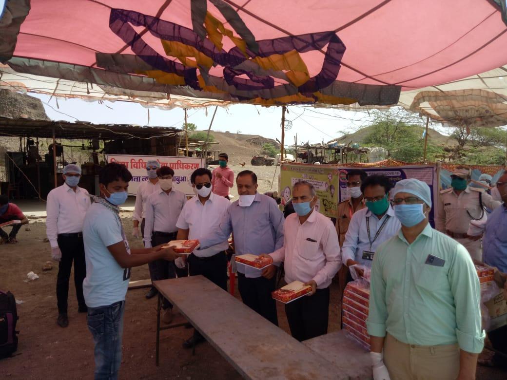 प्रवासी मजदूरों को भोजन पैकेट एवं बिस्किट वितरित