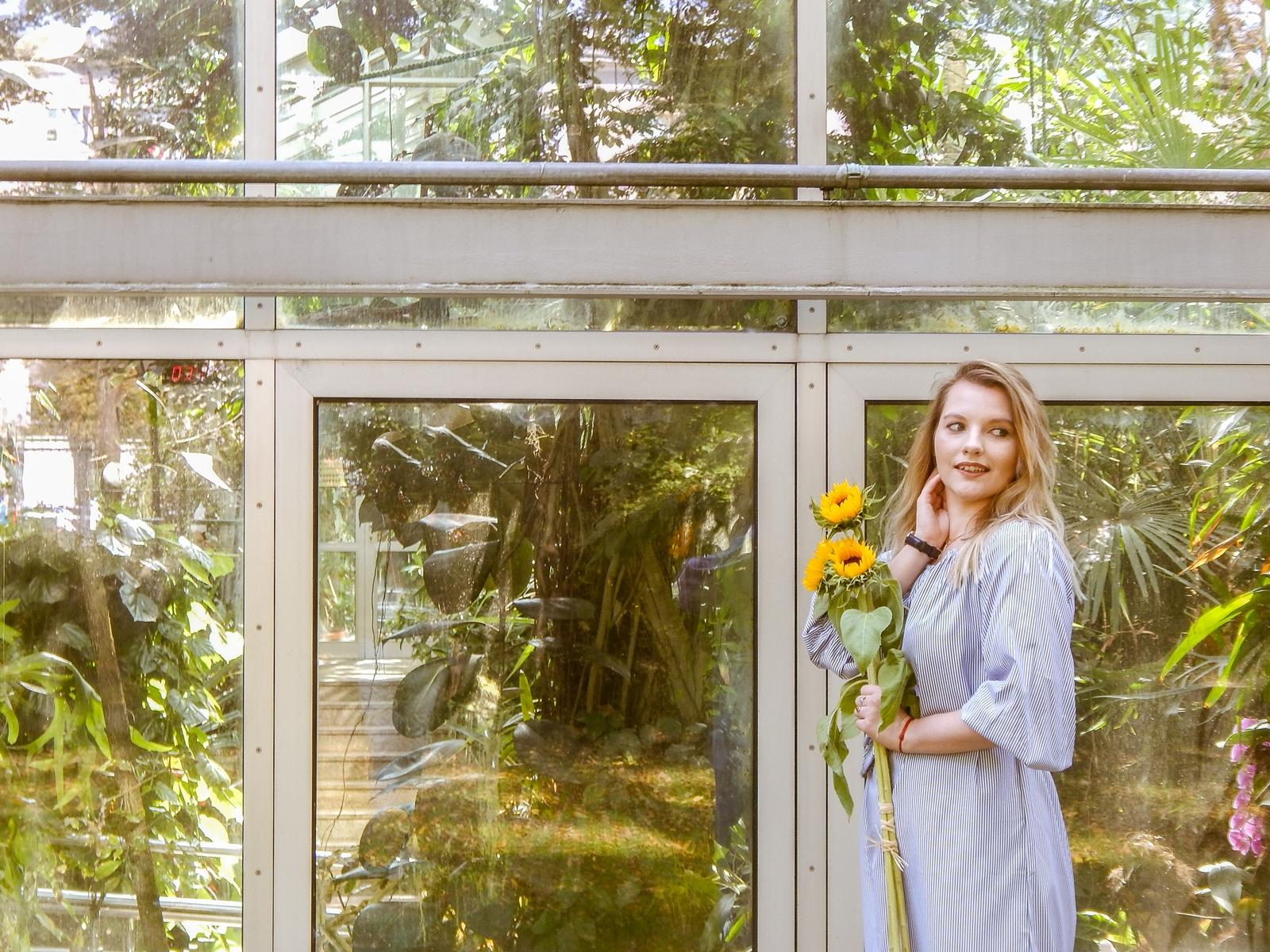 10 stylizacja polskie modowe blogi blogerki z łodzi fashion influencer sukienka w pionowe paski wakacyjna sesja foto melodylaniella słoneczniki szara sukienka w paski opinie o zaful