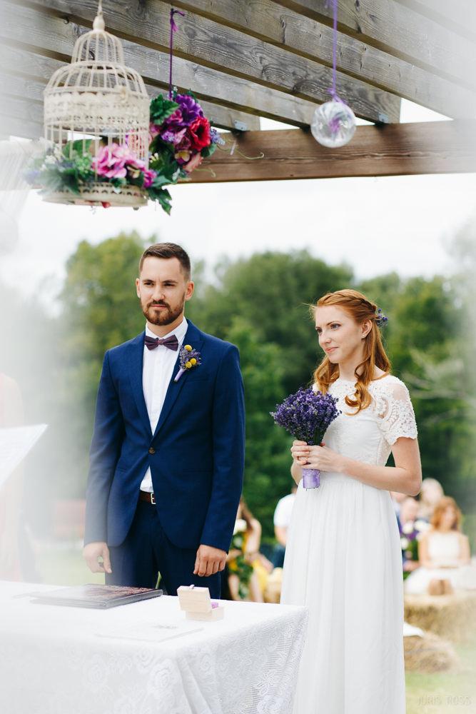 brīvdabas laulību ceremonija pļavā