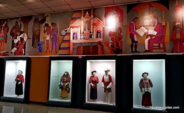 Trajes tradicionais da Guatemala expostos na sessão de Etnologia do Museu Nacional de Arqueologia e Etnologia, Cidade da Guatemala