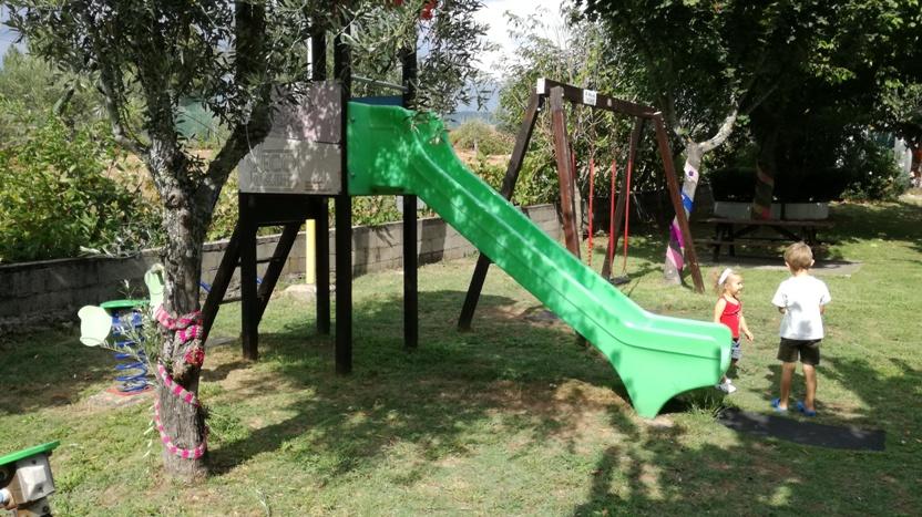 Escorrega e Baloiço do parque Infantil de Janeiro de Cima