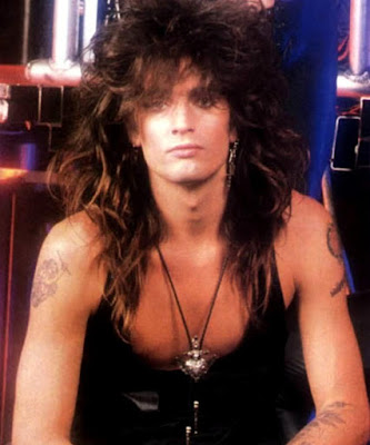 Foto de Tommy Lee con cabello largo