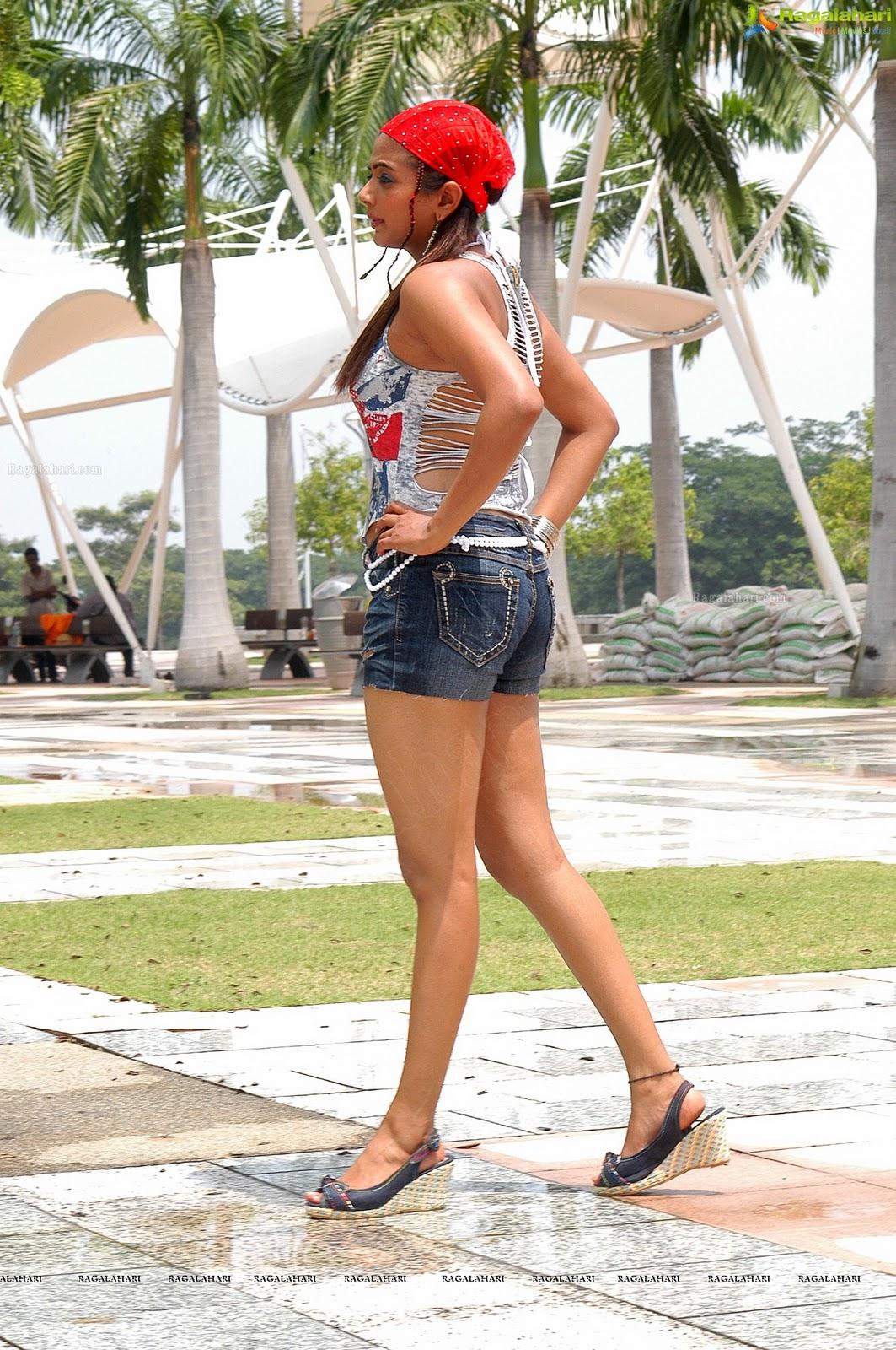 hot body shapes of priyamani in skirt