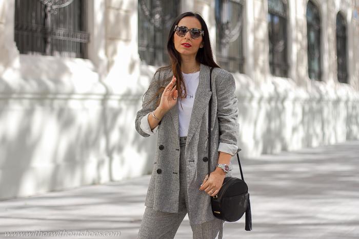 Influencer Valencia Look urban chic estiloso elegante ideas combinar traje con botas planas worker