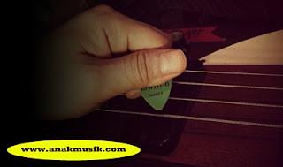 Bermain Gitar Bass Menggunakan Pick
