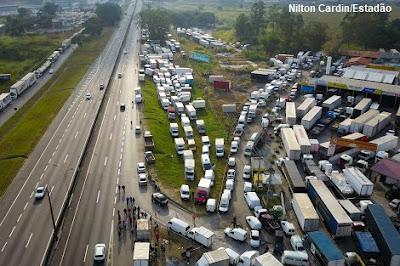 greve dos caminhoneiros, paralização dos caminhoneiros, interdição, caminhoneiros, paralização, desabastecimento, cidades, caos urbano, meio ambiente, natureza, sistemas urbanos, sistemas naturais, recursos naturais