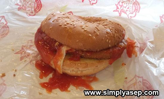 BURGER : Ada banyak macam makanan siap saji sejenis burger yang beredar di pasaran yang semuanya menawarkan sensasi yang berbeda.  Foto Asep Haryono