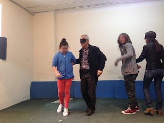 Ο Διευθυντής και δασκάλα του σχολείου κάνουν βιωματικό με μάσκα και συνοδεύονται από μαθητές