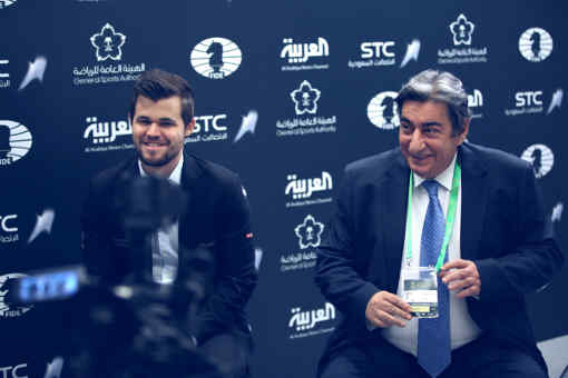 Le champion du monde d'échecs Magnus Carlsen et Georgios Makropoulos qui représente désormais officiellement la FIDE - Photo © site officiel
