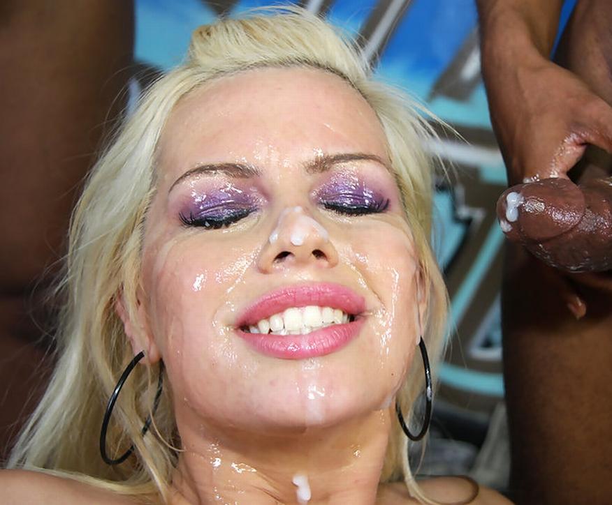 Красотка кончила спермой на лицо негру