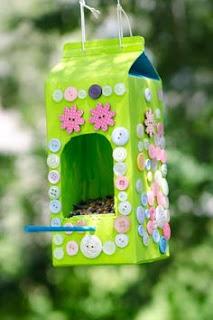 Casas de Pássaros feitas com Caixas de Leite/Sumo Recicladas