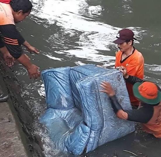 Contoh 5 Benda Paling Absurd Yang Ditemukan Di Sungai Ibu Kota Jakarta