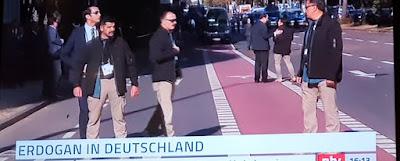 https://www.bild.de/news/inland/news-inland/skandal-in-koeln-tuerkische-sicherheitskraefte-sperren-strasse-ab-57559926.bild.html