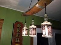 lamparas para el bar hechas con botellas de vidrio recicladas