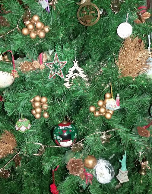 árvore de Natal com lembrancinhas de viagem - Viajante Secreto